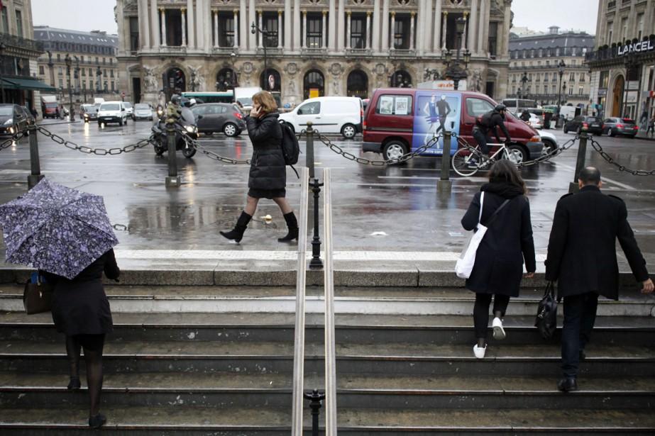 Finie la vie en rose. Les Parisiens s'habillent... (PHOTO ELIOT BLONDET, AFP)