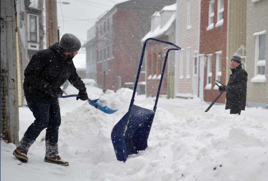 La première tempête de neige de l'année a laissé un beau tapis blanc sur Québec, qu'il faut maintenant pelleter! | 4 janvier 2015