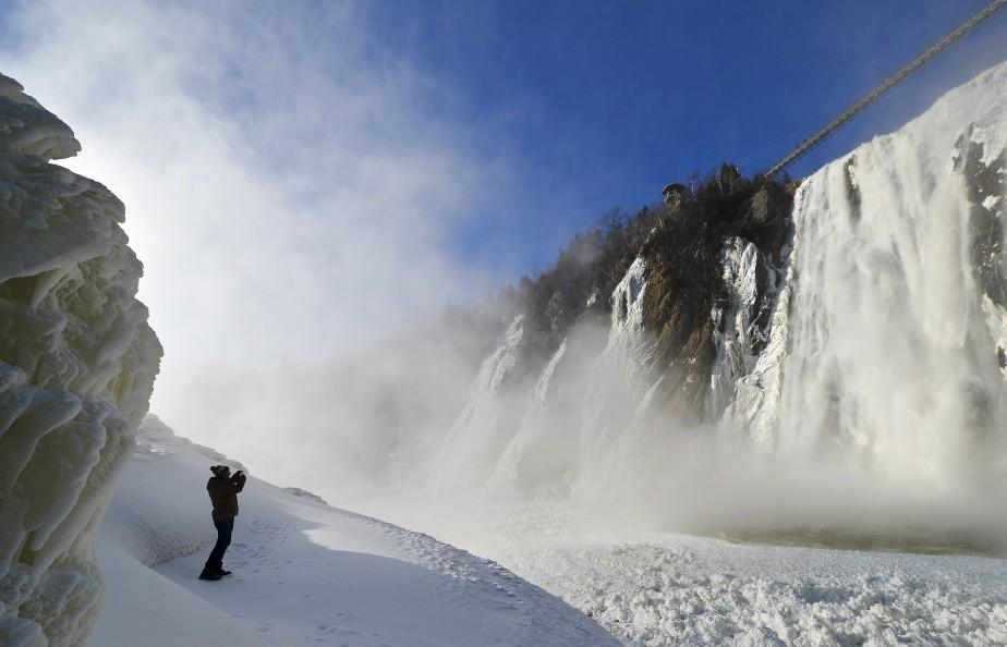 Cela faisait longtemps que Yan Doublet voulait photographier le parc de la chute Montmorency figé sous la glace. S'il a dû s'armer de patience durant le temps des Fêtes, le retour du temps froid lui a finalement permis de s'exécuter le 30 décembre. Sur la photo, un touriste français ayant eu la même idée que Yan immortalise le décor. Données techniques : Nikon D4. Lentille : 14 mm, F5.6, 1/1250e de seconde, ISO 100 | 5 janvier 2015