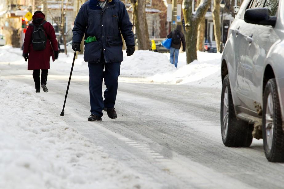 Les piétons circulent dans la rue, comme les trottoirs sont devenus trop glissants par endroit. (Photo Alain Roberge, La Presse)