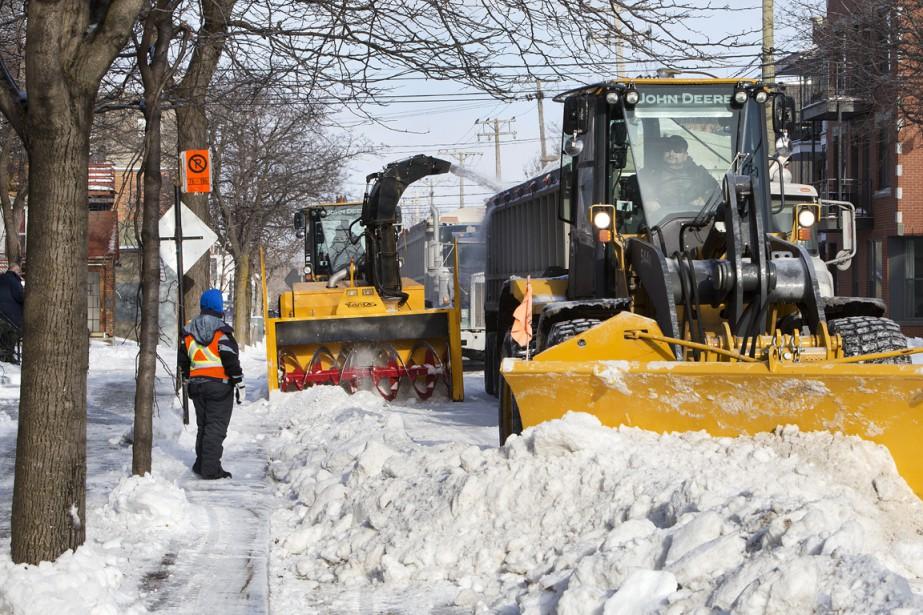 Des cols bleus s'affairaient hier à déneiger les trottoirs et à récolter la neige accumulée en bordure des rues. (Photo La Presse)