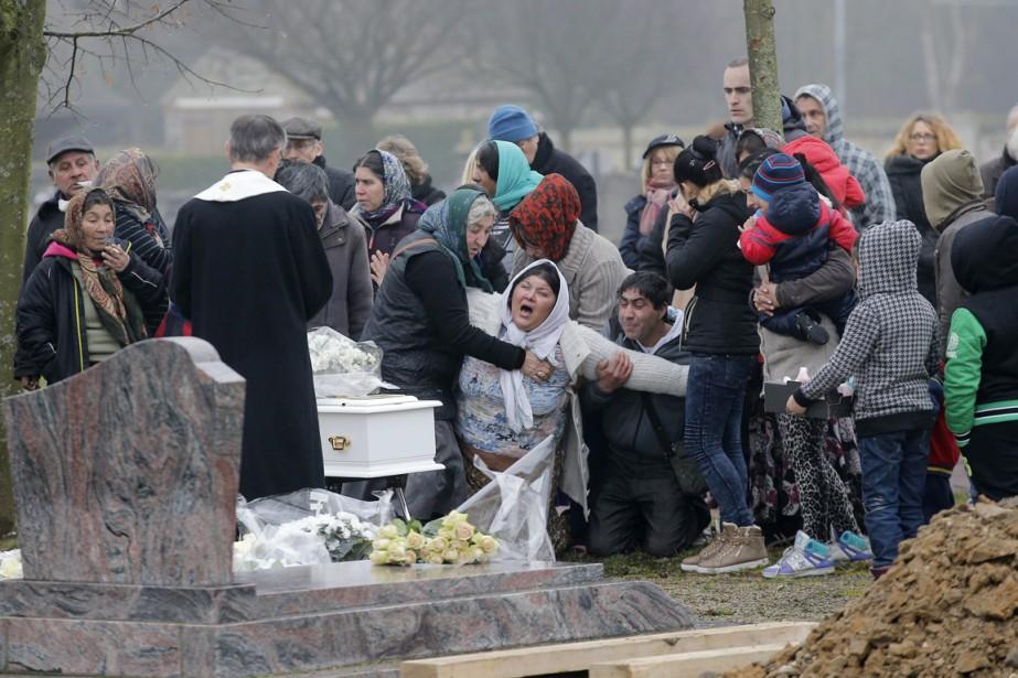 Le petit cercueil blanc de Maria Francesca a... (PHOTO CHRISTOPHE ENA, APRCHIVES AP)