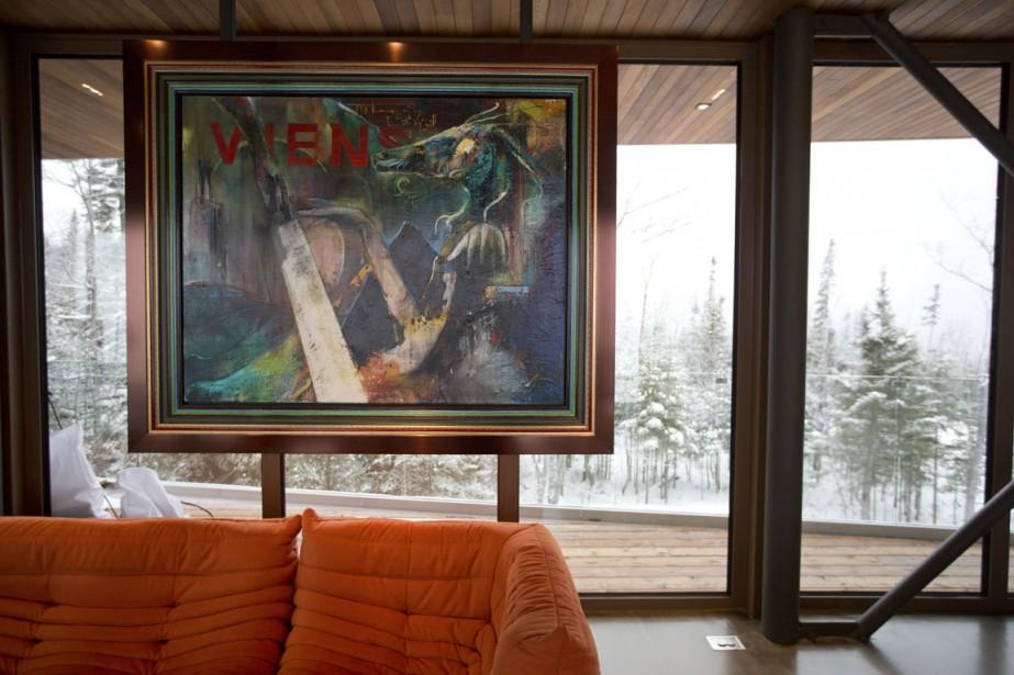 Une grande toile de l'artiste québécois Dominic Berner est accrochée dans le salon. (Photo François Roy, La Presse)