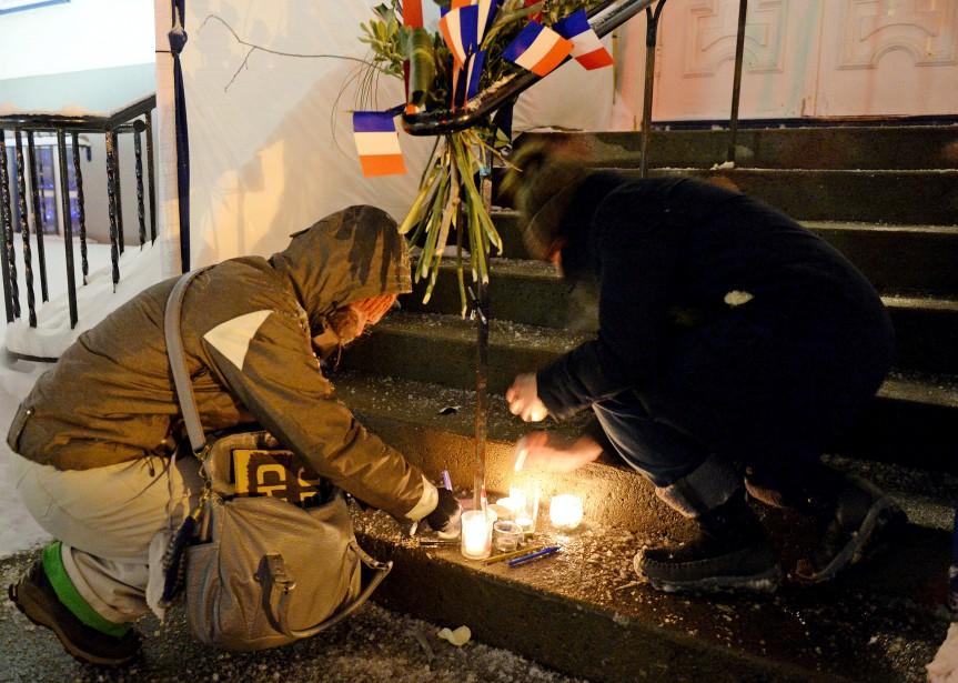 Plus de 300 personnes - Français et Québécois - se sont rassemblées en silence le 7 janvier devant le Consulat de France à Québec afin d'exprimer leur indignation devant l'attentat contre  Charlie Hebdo  à Paris, une telle «atteinte à la liberté d'expression». | 8 janvier 2015