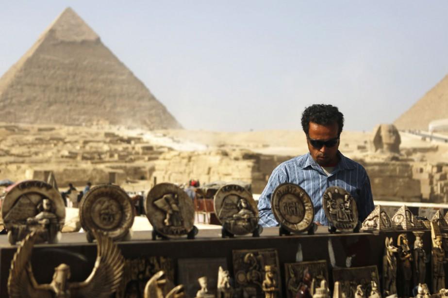 Les souvenirs aussi attendent le retour des touristes chaque matin au pied des pyramides de Gizeh. (Photo Arm Abdallah Dalsh, Reuters)