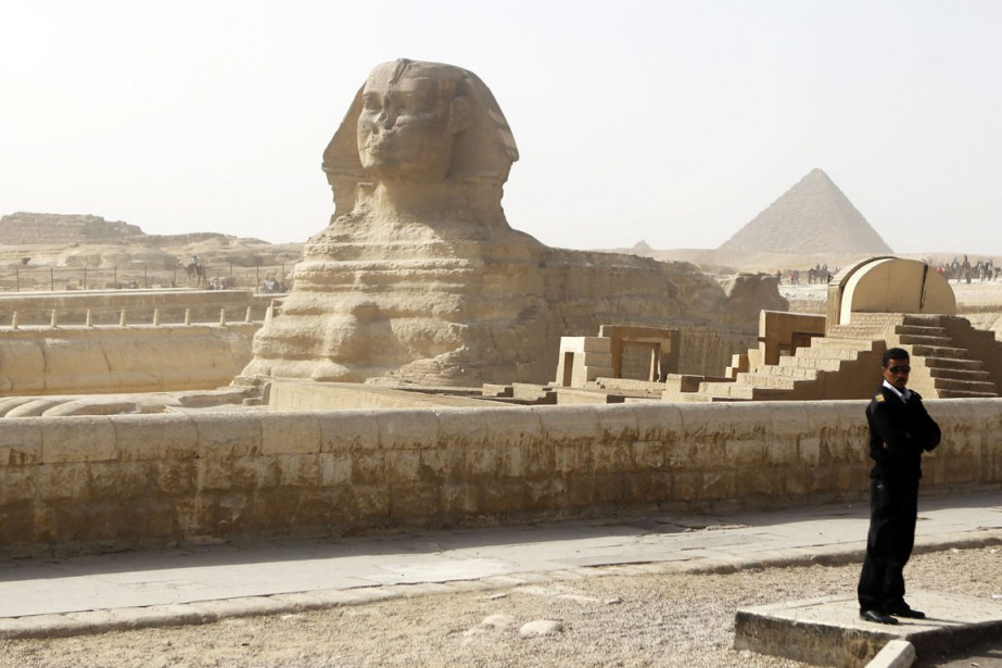 Un policier monte la garde près du Sphinx, une autre merveille antique que les touristes occidentaux redécouvrent peu à peu après les troubles politiques qui ont secoué l'Égypte. (Photo Arm Abdallah Dalsh, Reuters)