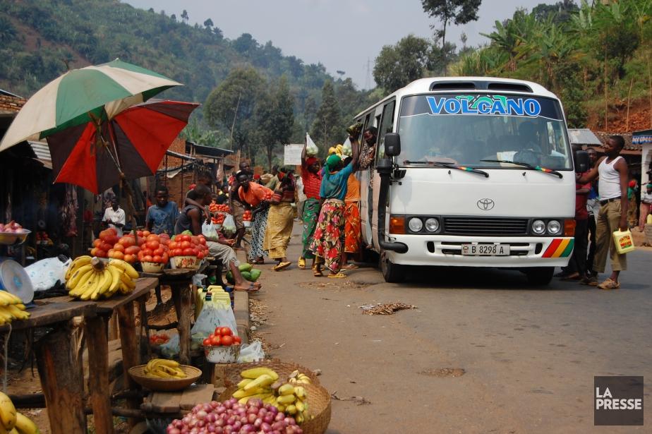 Scène rurale typique du Burundi: les commerçants des hameaux que traverse la route se ruent sur les minibus pour vendre elur marchandise aux voyageurs... (Photo Jean-Thomas Léveillé, La Presse)