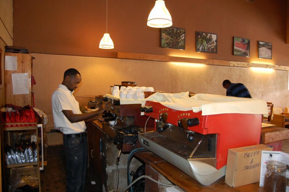 La jeunesse locale et expatriée se retrouve au Café Aroma, l'un des premiers à avoir vu le jour à Bujumbura. (Photo Jean-Thomas Léveillé, La Presse)