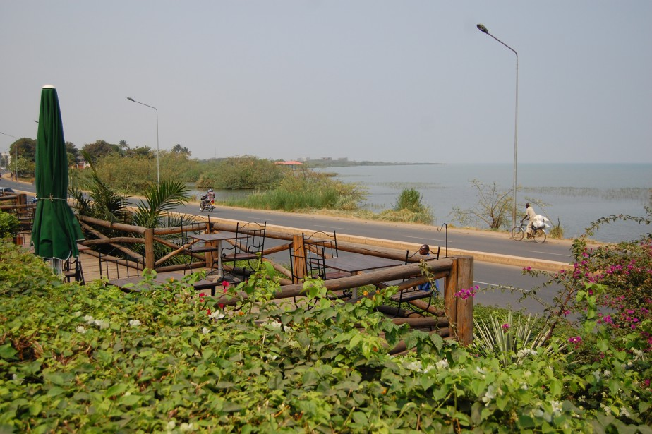 Le restaurant Ubuntu, qui fait face au lac Tanganyika, est réputé pour ses pizzas... et pour les hippopotames qui sortent souvent de l'eau le soir venu! (Photo Jean-Thomas Léveillé, La Presse)