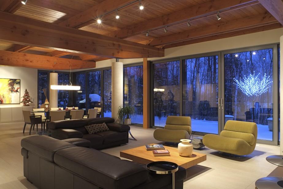 À partir des pièces à vivre, on profite de cette vue imprenable grâce aux nombreuses fenêtres et à une balustrade entièrement en verre. Déposées sur le champ d'épuration, les chaises Adirondack dominent le panorama du lac Brompton, l'un des plus propres des environs, car il a longtemps été la propriété exclusive de la famille de J.A. Bombardier. (PHOTO FOURNIE PAR PIERRE LÉVEILLÉ)