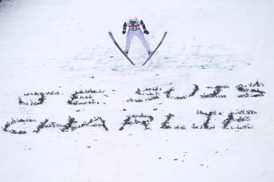 Le Français Jason Lamy Chappuis s'élance dans les airs, passant au-dessus d'une inscription «Je suis Charlie» tracée dans la neige, durant l'épreuve individuelle au saut à ski à la Coupe du monde de Chaux-Neuve, en France. | 10 janvier 2015