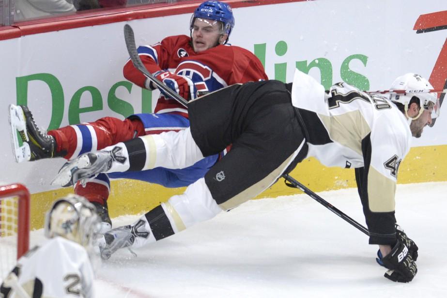 Alex Galchenyuk rentre solidement en collision avec le joueur des Penguins Robert Bortuzzo. (Photo Bernard Brault, La Presse)