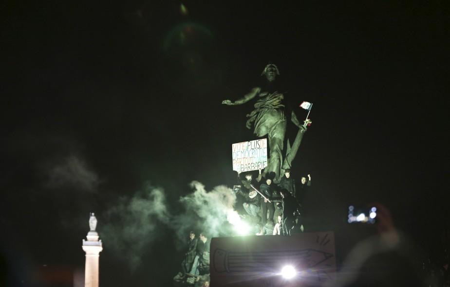 Des manifestants montrent une pancarte sur laquelle est écrit : «Vite, plus de démocratie partout contre la barbarie». Ils se sont rassemblés à Place de la Nation durant la Marche républicaine en hommage aux victimes des attentats à Paris. | 11 janvier 2015
