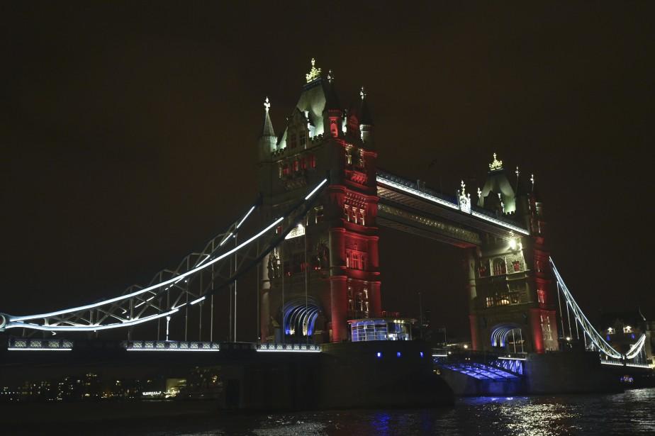 Le Tower Bridge de Londres a été illuminé des couleurs de la France. (Agence France-Presse)