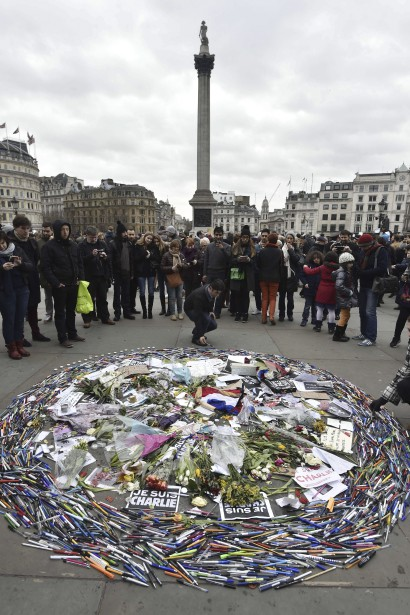 Un arrangement de fleurs et de crayons à Trafalgar Square, à Londres. (Agence France-Presse)