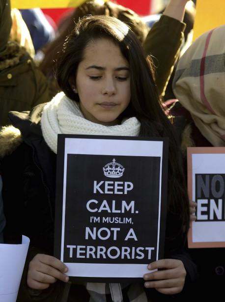 Un femme muslmane tient une inscription, à Madrid. (Agence France-Presse)
