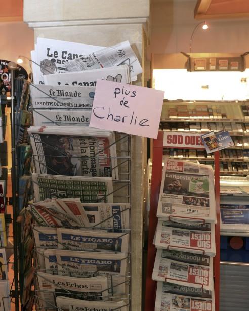 La nouvelle édition de Charlie Hebdo s'est vendue comme des petits pains chauds, le 14 janvier, au point où des bousculades ont éclaté quand des lecteurs se sont arraché les quelques magazines restants. Des centaines d'exemplaires étaient proposés sur internet à des prix parfois délirants de dizaines de milliers d'euros, sans toutefois trouver preneur, tandis que des copies numériques illégales du journal étaient aussi disponibles. Des réimpressions sont annoncées. | 14 janvier 2015