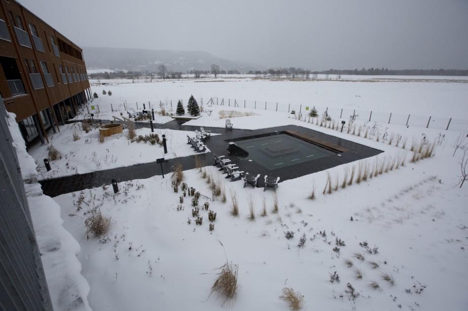 Au Spa du Verger, on plonge dans les bassins chauds avec une vue sur les champs. (Photo François Roy, La Presse)