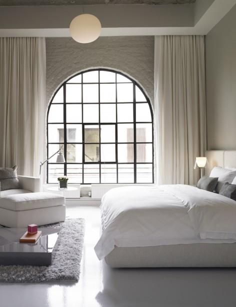 Une des deux chambres de l'appartement. Les grandes tentures conservent l'intimité des lieux. Ailleurs, elles sont absentes. (Photo fournie par Sotheby's)