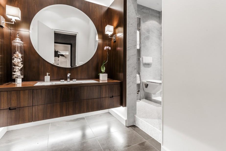 Une des deux salles de bains de la maison. Celle-ci sert aux invités et comprend une grande douche vitrée dans la partie de droite. (Photo fournie par Sotheby's)