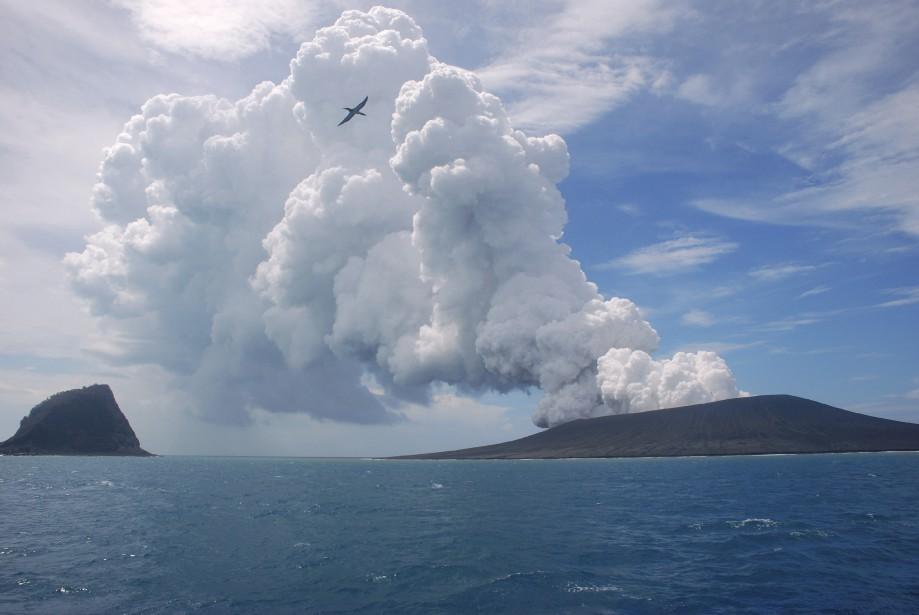 Un volcan en éruption dans l'archipel polynésien des Tonga a créé une nouvelle île, selon les autorités locales. Le volcan, situé à environ 65 kilomètres au sud-ouest de la capitale du royaume, Nuku'alofa, s'est réveillé le 20 décembre pour la première fois depuis cinq ans. | 17 janvier 2015
