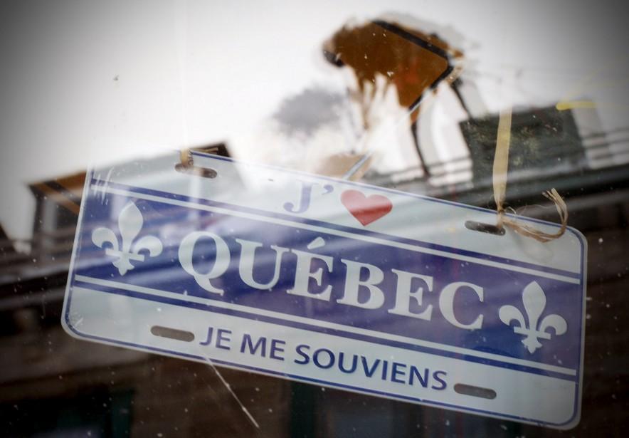 Dans la vitrine d'une boutique du Vieux-Québec, où trône une plaque d'immatriculation québécoise, se dessine la silhouette d'un déneigeur. Un aide-mémoire original pour cette période de l'année: «Je me souviens... qu'il faut déneiger les toits l'hiver!» raconte notre photographe Erick Labbé. | 19 janvier 2015