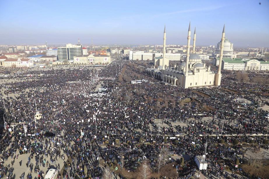 De nouvelles manifestations contre l'hebdomadaire satirique Charlie Hebdo ont éclaté le 19 janvier en Russie, en Afghanistan et ailleurs. Des dizaines de milliers de personnes sont ainsi descendues dans les rues de Grozny (vue aérienne), la capitale de la Tchétchénie, en agitant des écriteaux sur lesquels on pouvait lire «Ne touchez pas à notre prophète bien-aimé» et «L'Europe nous unit». | 19 janvier 2015