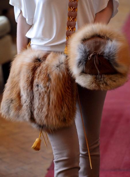 La griffe Inukt décline la fourrure en de multiples accessoires, dont des sacs et des chapeaux aux pelages de teinte naturelle. (Le Soleil, Erick Labbé)