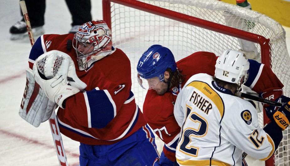 Tom Gilbert surveille de près Mike Fisher, tandis que Carey Price effectue un de ses 36 arrêts de la rencontre. (André Pichette, La Presse)
