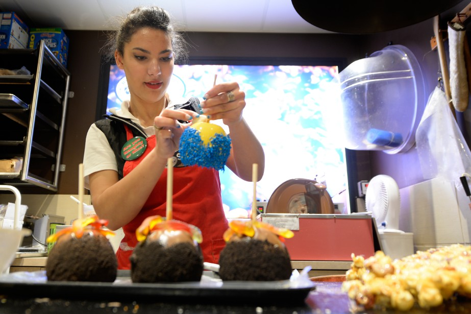 Shay, une employée de Rocky Mountain Chocolate Factory, confectionne des friandises. (Photo Bernard Brault, La Presse)