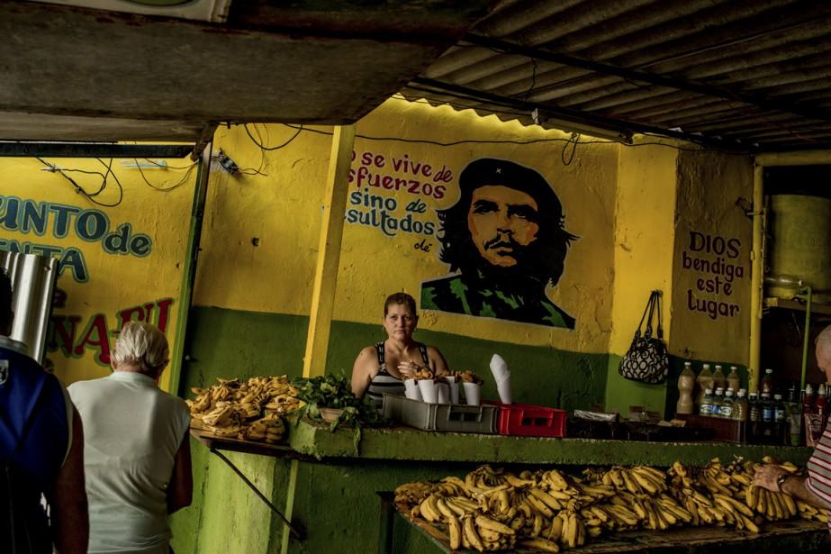 Che Guevara est toujours une figure omniprésente à Cuba. On l'aperçoit même dans les marchés publics. (Photo The New York Times)