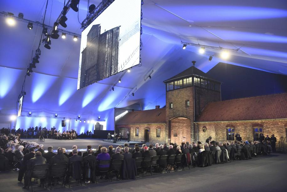 Une cérémonie commémorant le 70e anniversaire de la libération d'Auschwitz-Birkenau a eu lieu en Pologne, en présence de dirigeants et de survivants qui ont rendu hommage aux victimes du camp de la mort. Les participants à la cérémonie se sont rassemblés sous une énorme tente qui recouvrait le portail et les rails de Birkenau, une section du vaste camp où les victimes étaient tuées dans des chambres à gaz. | 27 janvier 2015