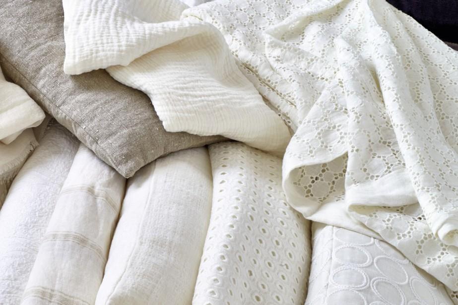 On aime les teintes neutres? Les lins blancs prennent aussi des textures diverses: froissés, molletonnés, brodés à l'anglaise. (Photo fournie par Élitis)