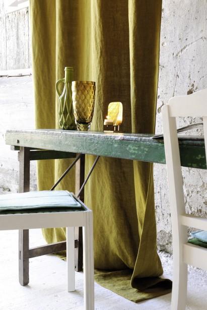 Des couleurs énergisantes, comme ce vert olive d'Élitis, pour les rideaux et le linge de table. (Photo fournie par Élitis)