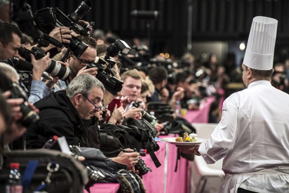 Pour le concours, les chefs devaient cuisiner deux plats. Une assiette de poisson, de la truite fario avec un légume obligatoire, le fenouil, et une assiette de viande, de la pintade. (Photo JEAN-PHILIPPE KSIAZEK, AFP)