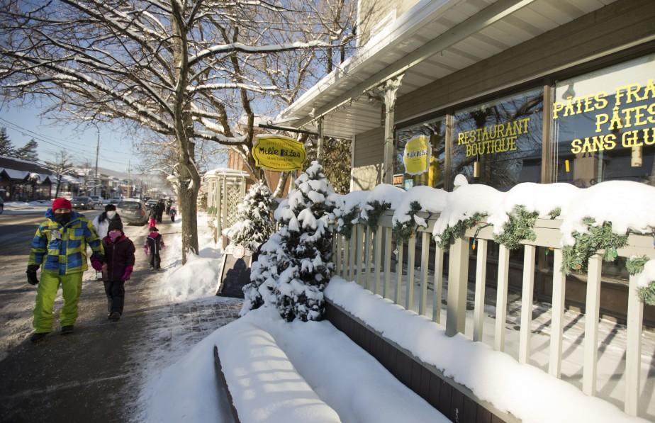 La rue principale de Saint-Jovite offre une belle variété de cafés et restos. Rares sont les villages du Nord où l'on trouve un comptoir de pâtes fraîches! (PHOTO MARCO CAMPANOZZI. LA PRESSE)