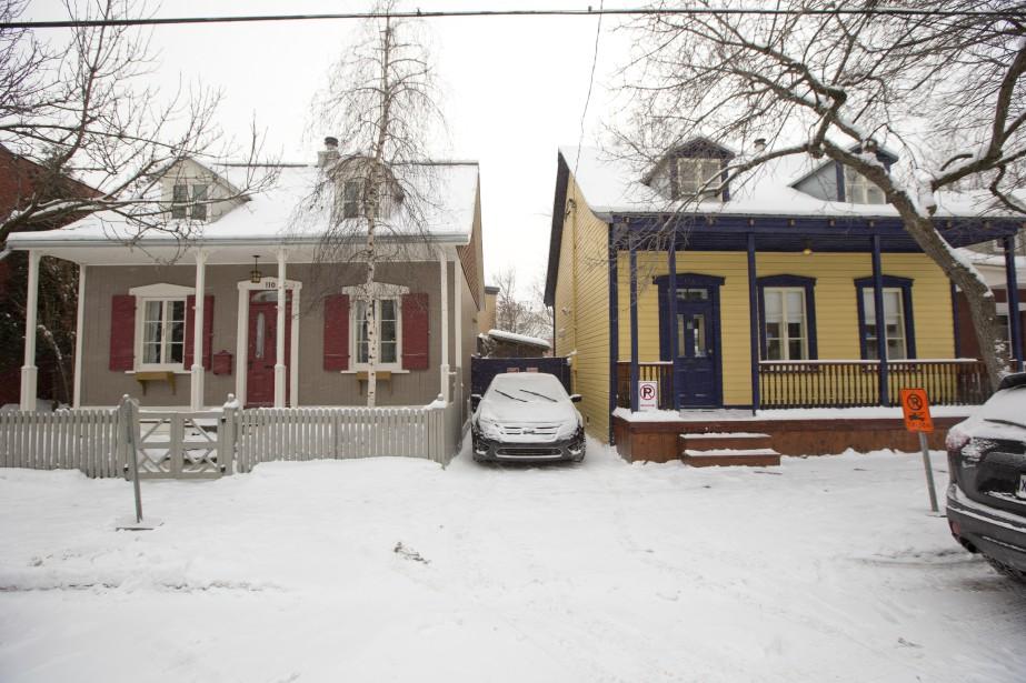 La maison Clermont (à gauche), construite en 1870, rue Saint-Augustin à Saint-Henri, est une des rares habitations d'artisans qui nous restent. (PHOTO DAVID BOILY, LA PRESSE)