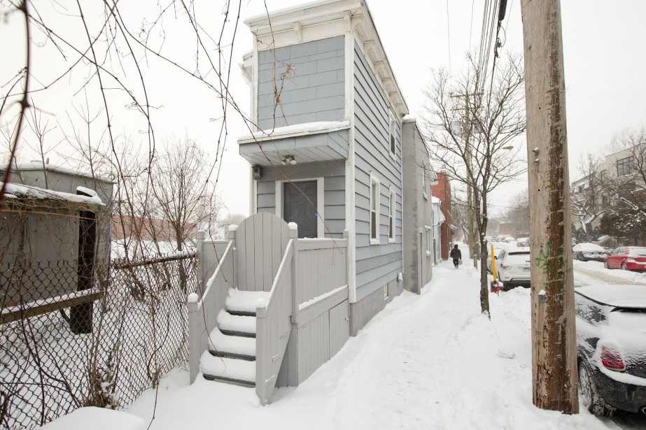 La demeure de Jean Lévesque telle que décrite dans le roman Bonheur d'occasion de Gabrielle Roy. Elle se trouve à l'angle des rues Saint-Ambroise et Saint-Augustin. (PHOTO DAVID BOILY, LA PRESSE)