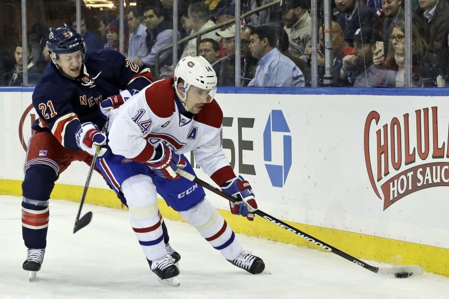 L'attaquant du Canadien Tomas Plekanec se fait poursuivre parDerek Stepan. ()