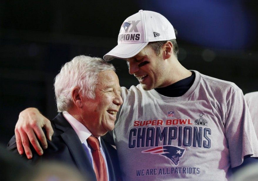 Tom Brady et Robert Kraft. (PHOTO DAVID GOLDMAN, ASSOCIATED PRESS)