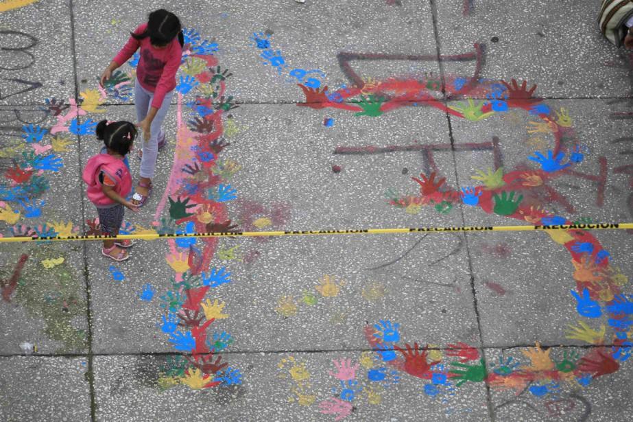 Deux jeunes filles marchent à proximité d'un 43... (PHOTO JORGE DAN LOPEZ, ARCHIVES REUTERS)