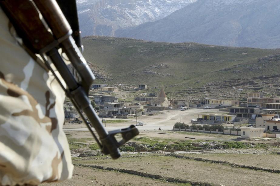 Un combattant yézidi monte la garde, à Sinjar,... (PHOTO SEIVAN SELIM, ARCHIVES AP)