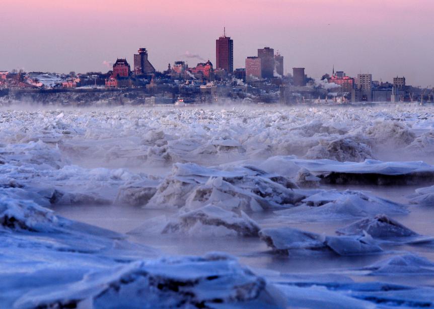 C'était le 6 janvier, à 7h35. Notre photographe Yan Doublet s'est rendu sur la banquise de Sainte-Pétronille, à l'île d'Orléans, pour capter cette image magique de blocs de glace prisonniers du fleuve, à marée basse, avec la ville de Québec en arrière-plan. | 2 février 2015