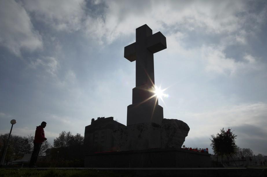 Un homme prie devant une croix géante dans... (PHOTO ANTONIO BRONIC, ARCHIVES REUTERS)