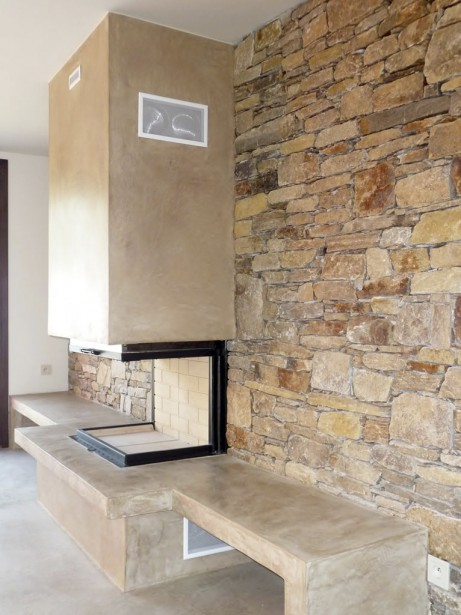 La cheminée, la plateforme et son socle sont couverts d'une couche debéton italien. (PHOTO FOURNIE PAR NATURAMBIANCES)