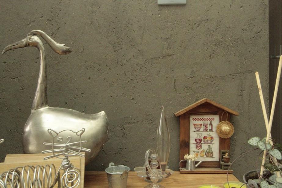 Sur le mur: un enduit d'argile design, avec verre noir intégré. (PHOTO FOURNIE PAR NATURAMBIANCES)