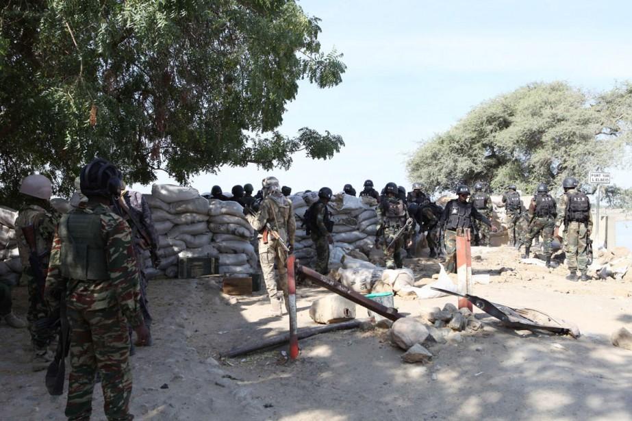 Des soldats tchadiens et camerounais à proximité de... (PHOTO STEPHANE YAS, AFP)