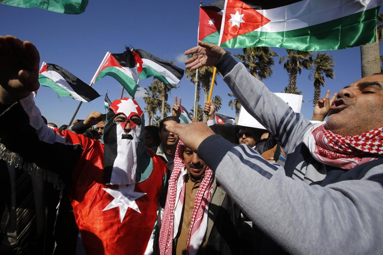 Des Jordaniens manifestent leur support au gouvernement du... (Photo: AP)
