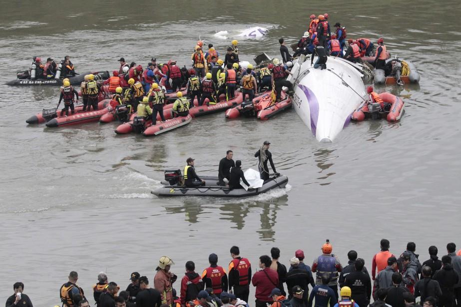Des centaines de secouristes à bord de canots... (PHOTO WALLY SANTANA, AP)