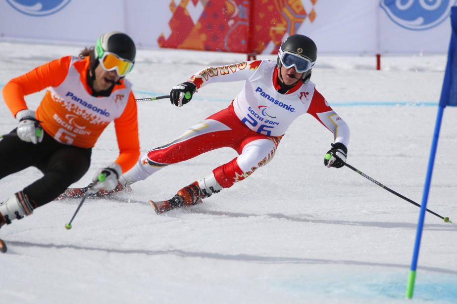 Le skieur paralympique Mac Marcoux (à droite)... (PHOTO ARCHIVES AP)